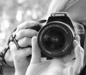 la-fille-avec-un-appareil-photo,-canon-eos-550d-183475